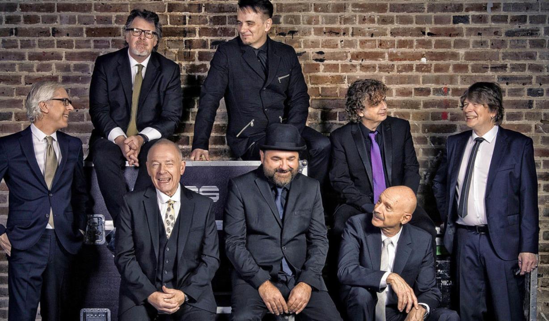 King Crimson mit Robert Fripp (vorne links) und Tony Levin (vorne rechts)  | Foto: Dean Stockings & David Singleton