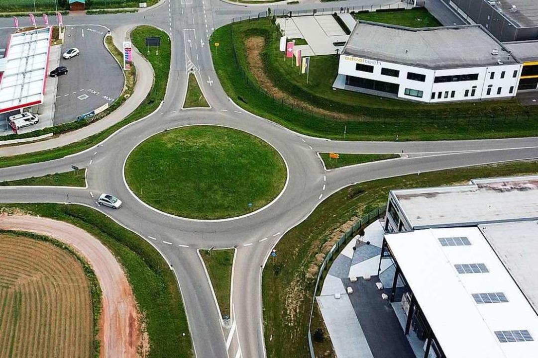 Verkehrsflächen und flache Gewerbebauten benötigen viel Platz.  | Foto: Michael Saurer