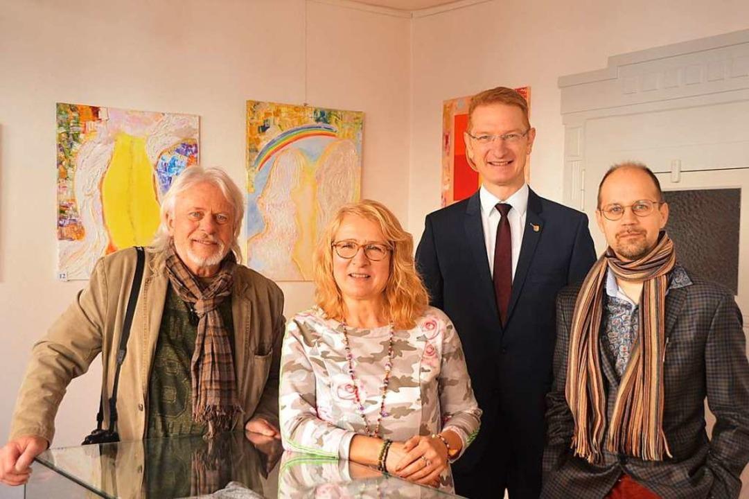 Bürgermeister Thomas Gedemer mit den K... Friesen bei der Ausstellungseröffnung  | Foto: Jörg Schimanski