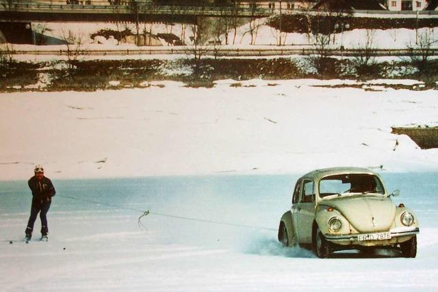 Als ein VW Käfer Skifahrer über den zugefrorenen Schluchsee zog