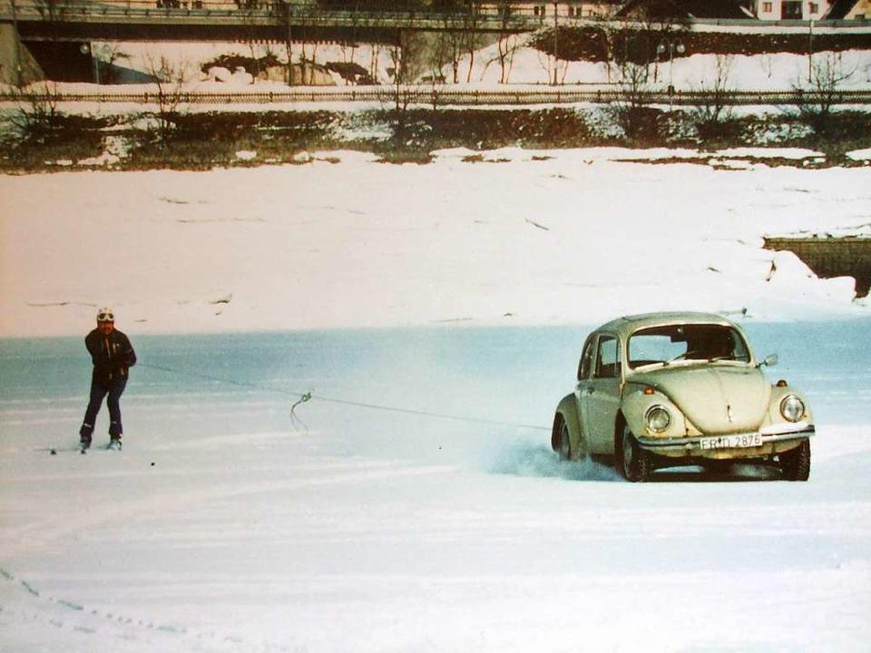 An Fasnacht 1981 fuhr ein Käfer stunde...Schlepp mal einen, mal zwei Skifahrer.  | Foto: Archiv Zapf