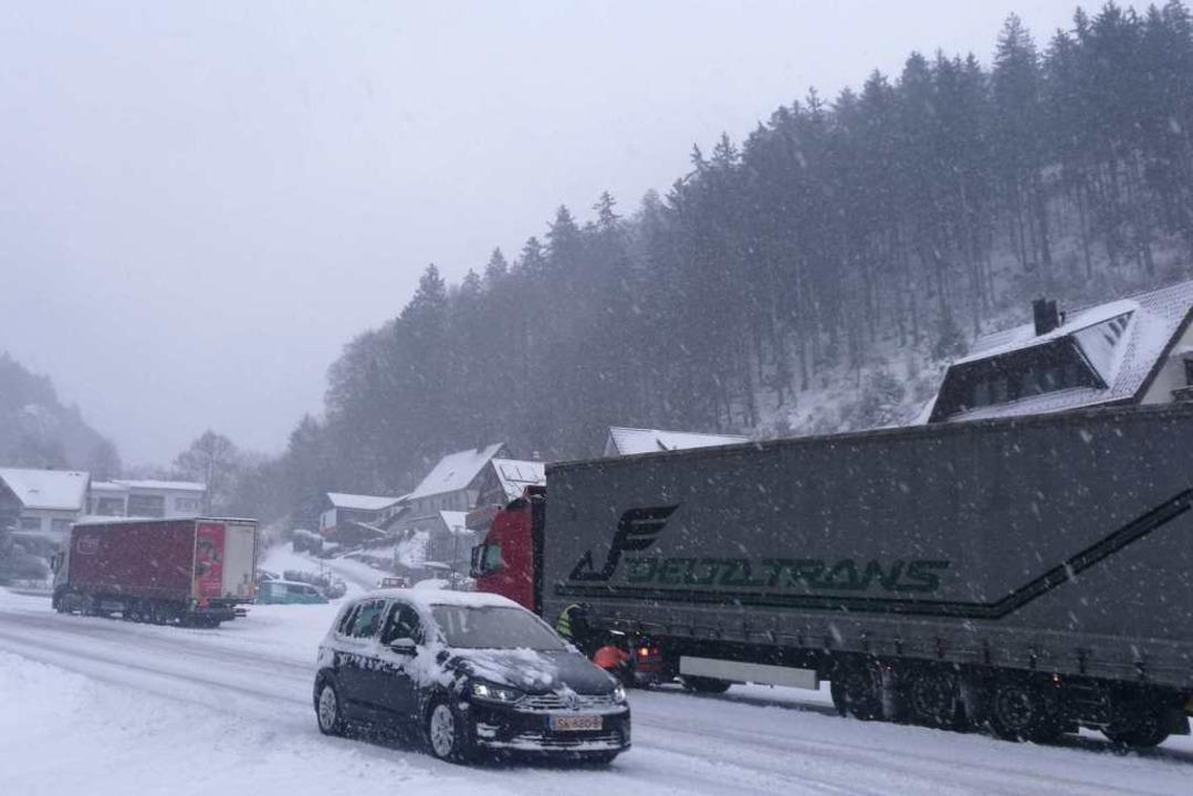 Lkw haben sich Ende Januar bei Brandenberg festgefahren.  | Foto: Wehrle