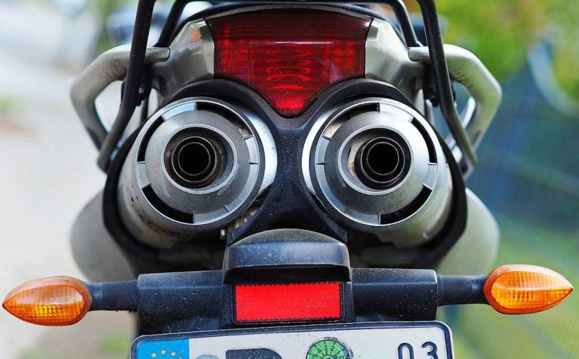 Viel zu schnell soll der Motorradfahrer (Symbolbild) unterwegs gewesen sein.  | Foto: dpa