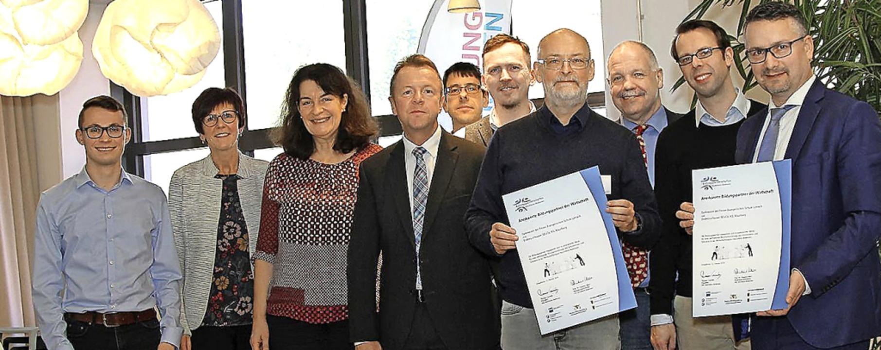 Gemeinsam für Bildung: Vertreter der F...erzeichnung des Kooperationsvertrages   | Foto: E+H
