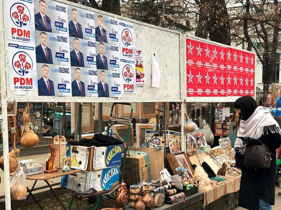 Wahlwerbung auf dem Markt im Städtchen Cobusca Veche   | Foto: Oliver Bilger