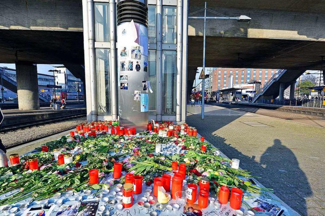 Der Trauerort  am Bahnsteig bei Gleis 2 am Dienstag  | Foto: Michael Bamberger