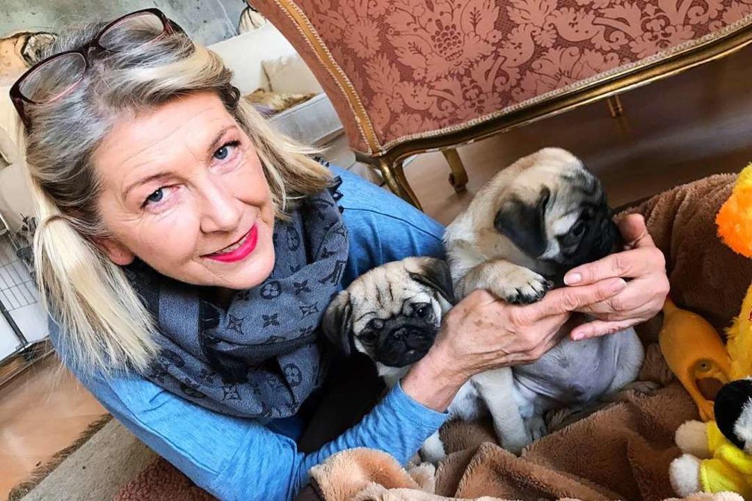 Kuschelzeit: Katja Ries-Scherf mit den...n alten Möpsen Schnappi und Valentino.  | Foto: Nina Witwicki