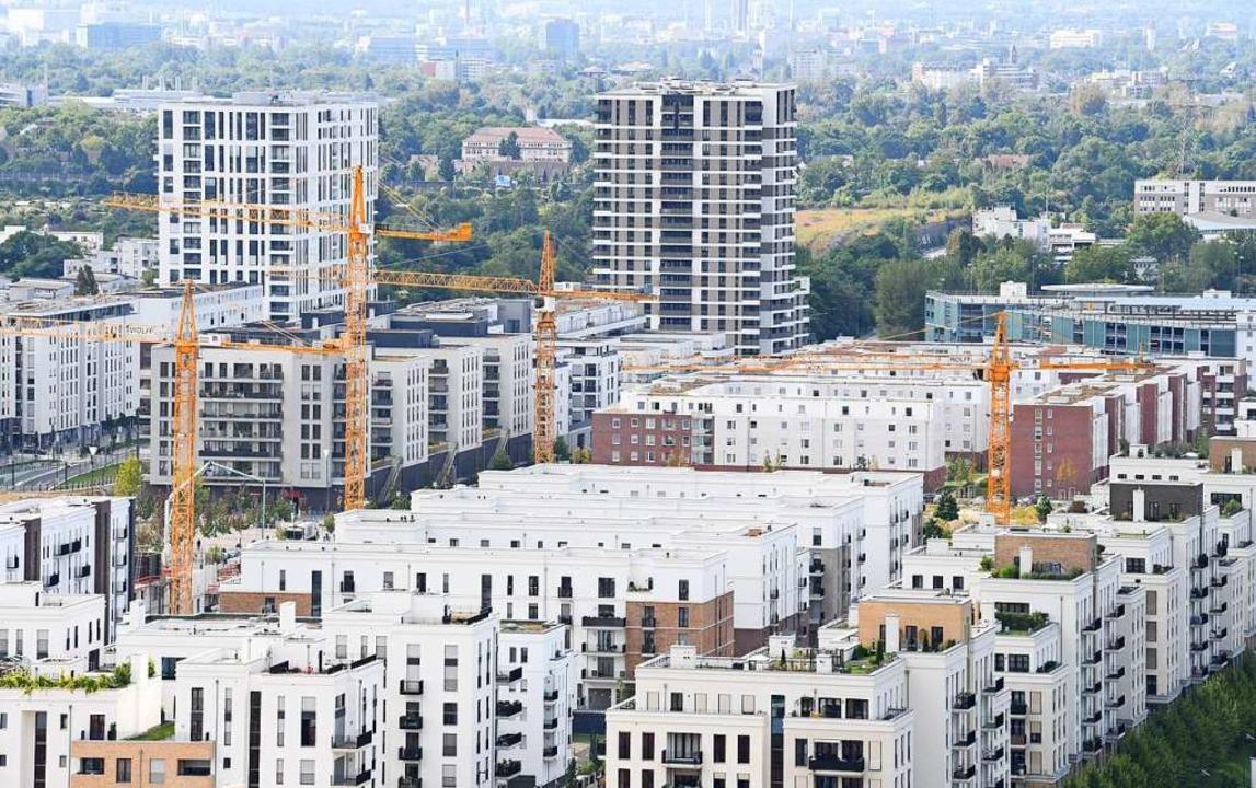 Neu errichtete Mehrfamilienhäuser sind...ertel nahe des Messegeländes zu sehen.  | Foto: dpa