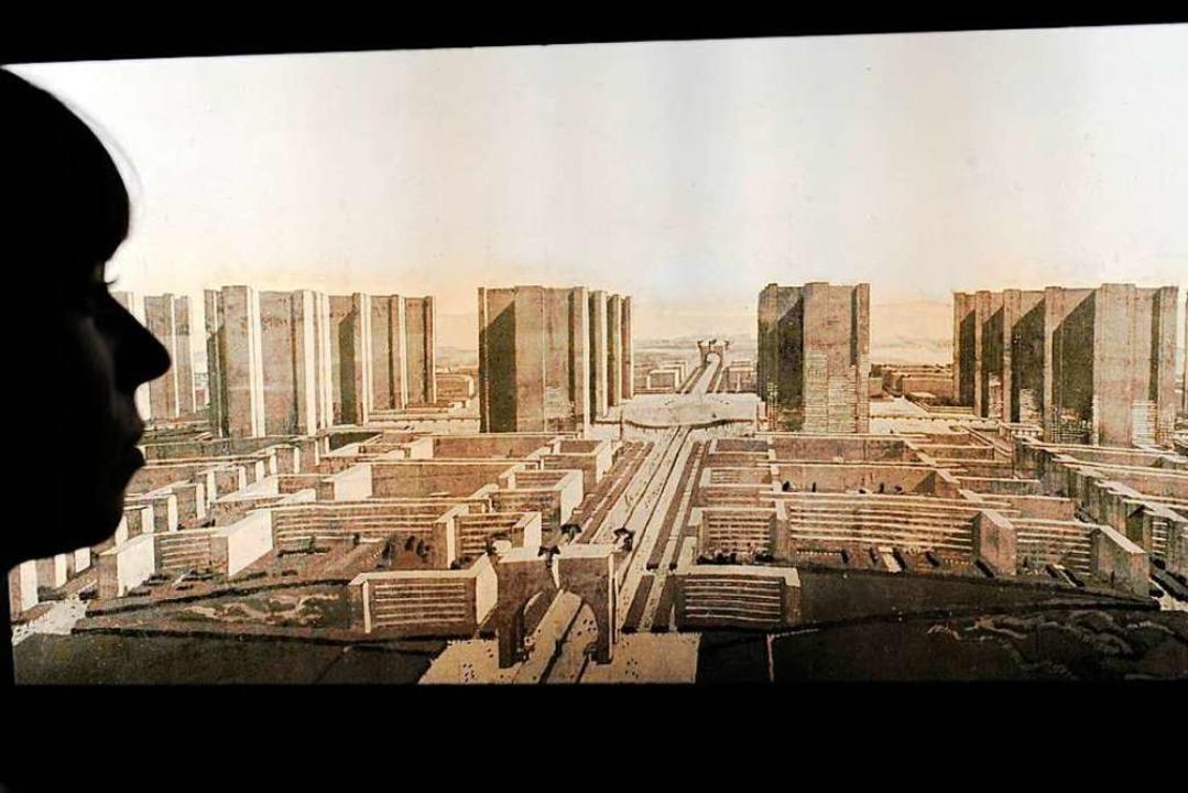 Der Schweizer Architekt Le Corbusier w...ner Ausstellung seine Pläne für Paris.  | Foto: dpa
