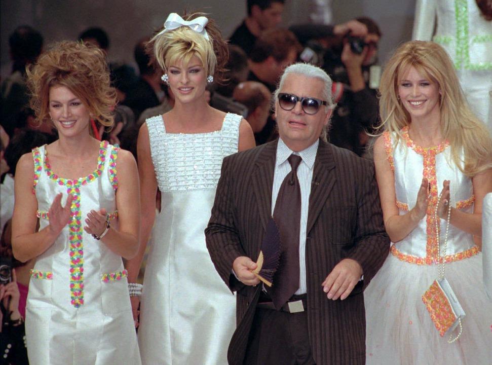 1995, Paris: Karl Lagerfeld schließt s...-Sommer-Kollektion 1996 für Chanel an.  | Foto: dpa