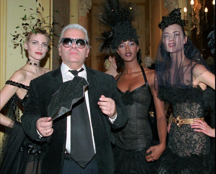 1996, Paris: Karl Lagerfeld ist mit Na...mer-Haute Couture-Kollektion zu sehen.  | Foto: dpa