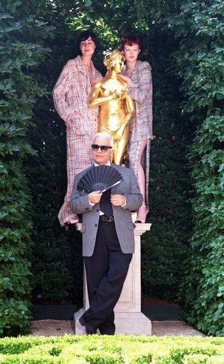 1998, London: Karl Lagerfeld steht zus...den im Rahmen der Chelsea Flower Show.  | Foto: dpa