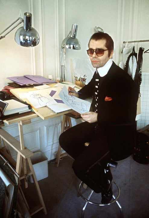 1979: Lagerfeld am Zeichentisch.  | Foto: dpa