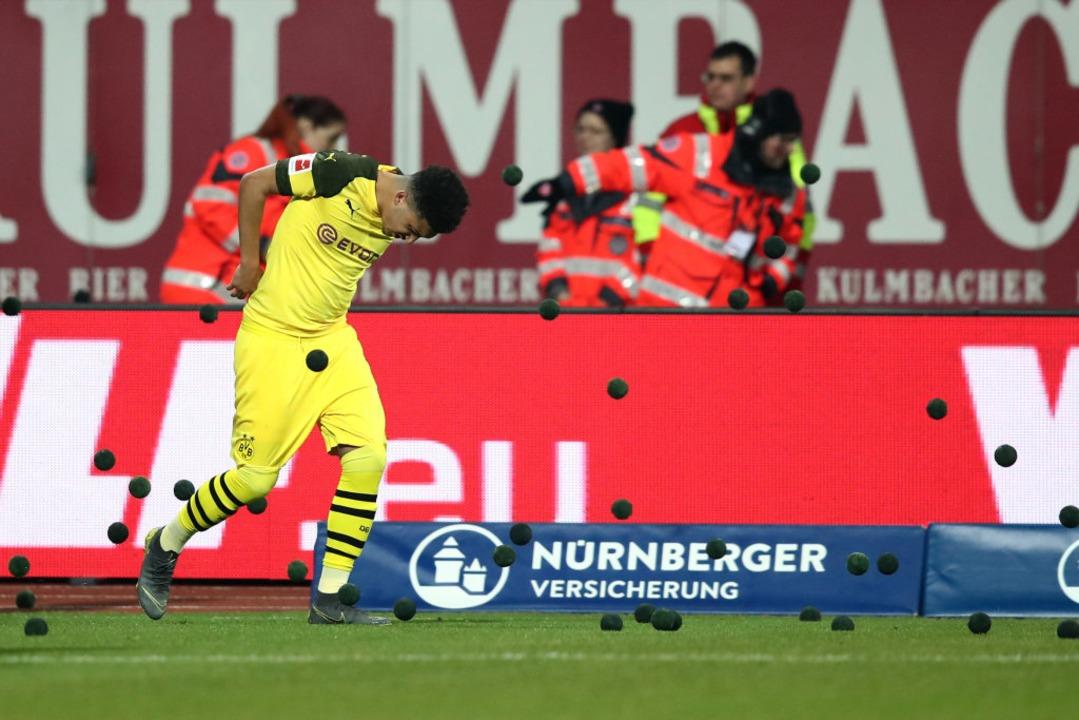 In Nürnberg wurde Jadon Sancho von den...rger Fans mit kleinen Bällen beworfen.  | Foto: dpa