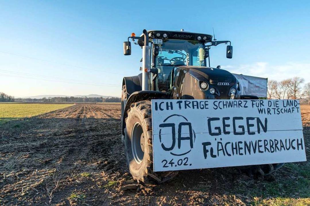 Ein Traktor steht auf dem Dietenbachgelände.  | Foto: dpa