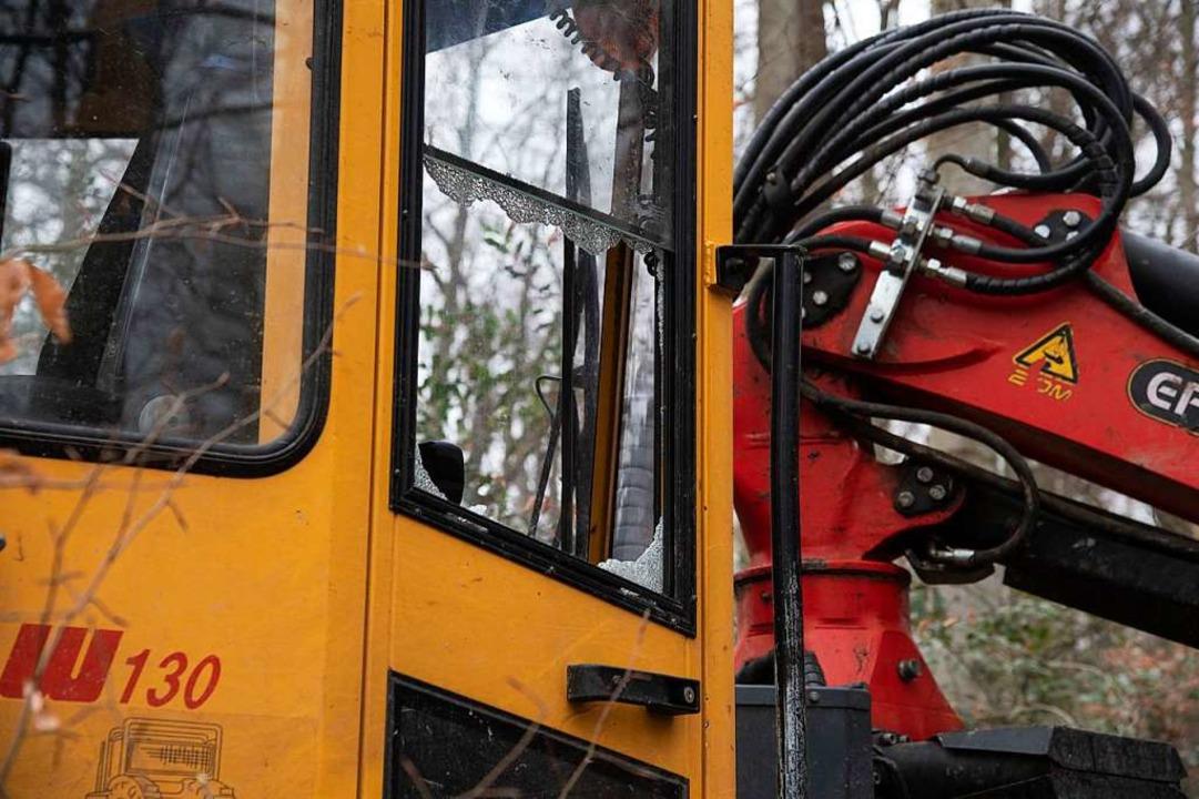 An der Forstmaschine waren Scheiben eingeworfen worden.  | Foto: Volker Münch