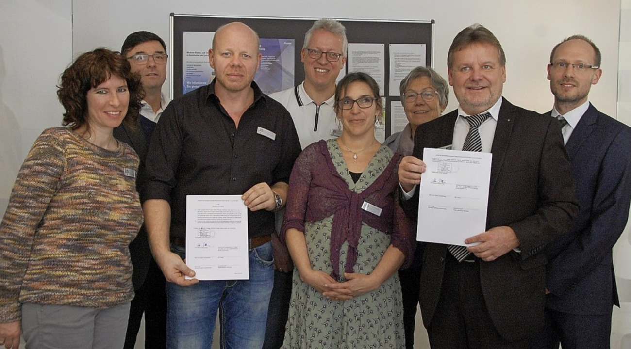 Ein Vertrag zwischen den gesetzlichen ...tilz (von rechts)  für ihr Engagement.  | Foto: FrEy