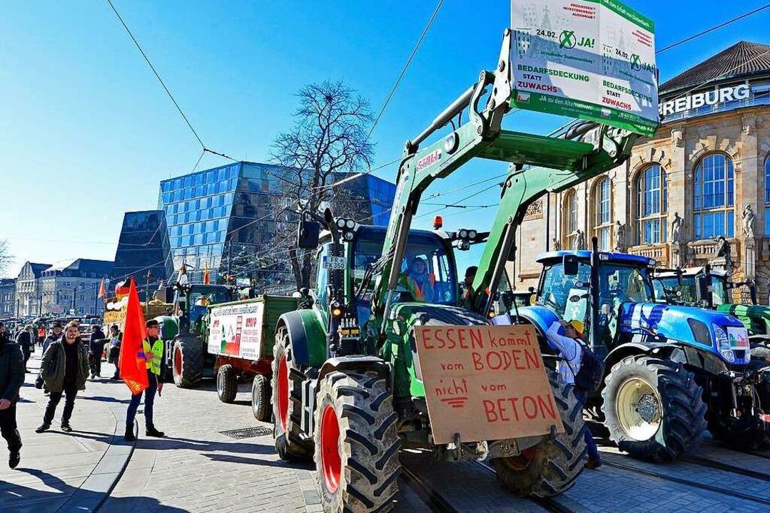 Mit Traktoren-Demos – hier vor d...etenbach-Gegner gegen das Großprojekt.  | Foto: Michael Bamberger