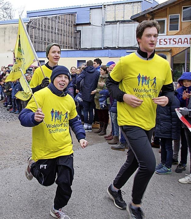 <BZ-FotoAnlauf> Jubiläumslauf:</BZ-Fot... und Michael-Schüler beim Staffellauf   | Foto: Brigitte Volpert