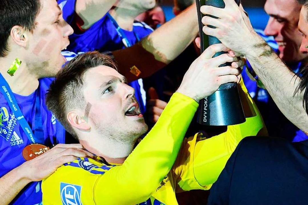 Die Hand am deutschen Volleyballpokal:...en Erfolg mit dem VfB Friedrichshafen.    Foto: Uwe Anspach