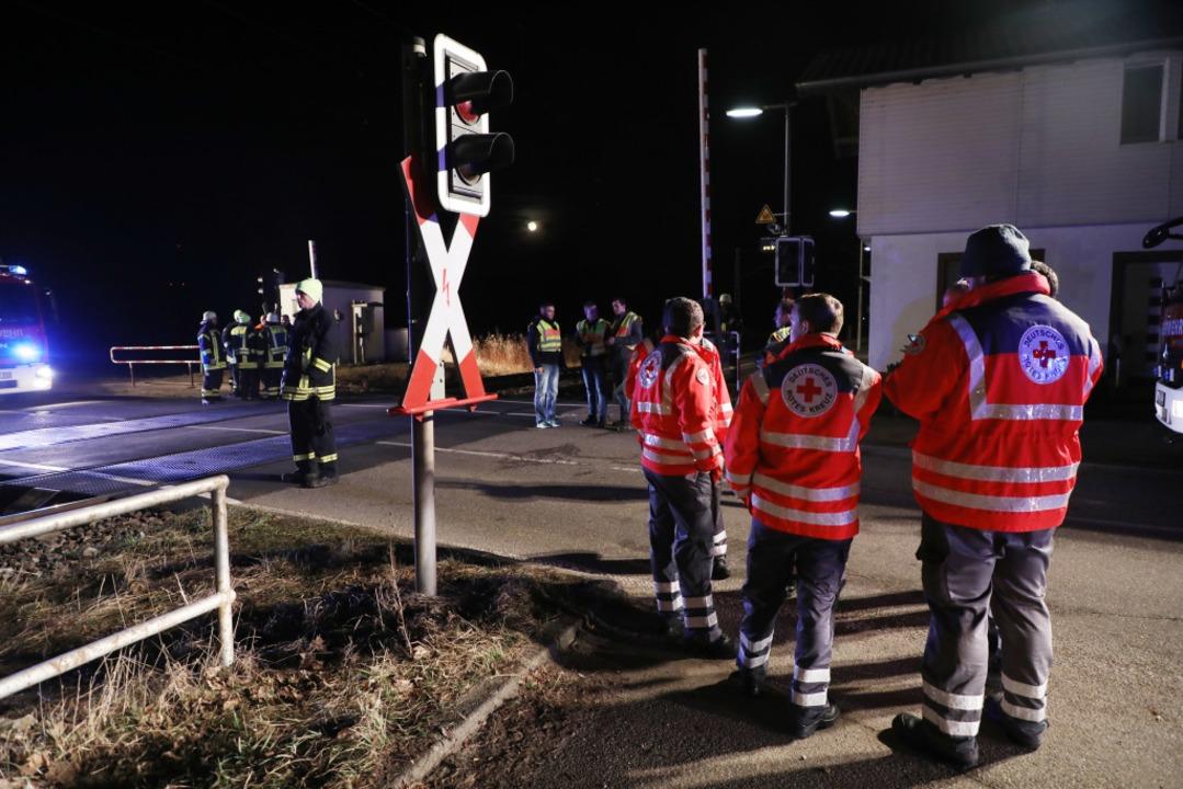 Die Einsatzkräfte am Unglücksort bei Bahnhof Legelshurst  | Foto: Christoph Breithaupt