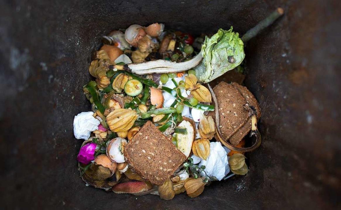 Viel zu viele Lebensmittel landen in der Tonne.   | Foto: dpa