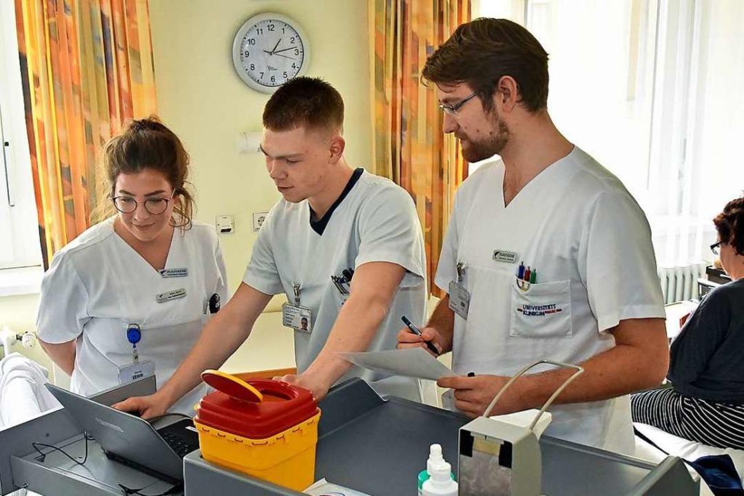 Krankenpflegerin Aline Osner verfolgt ...tionsmanagement ganz praktisch kennen.    Foto: Michael Bamberger