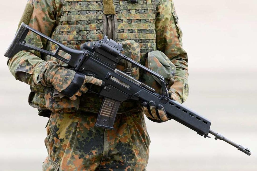 Ein Soldat hält ein Gewehr G36.  | Foto: dpa