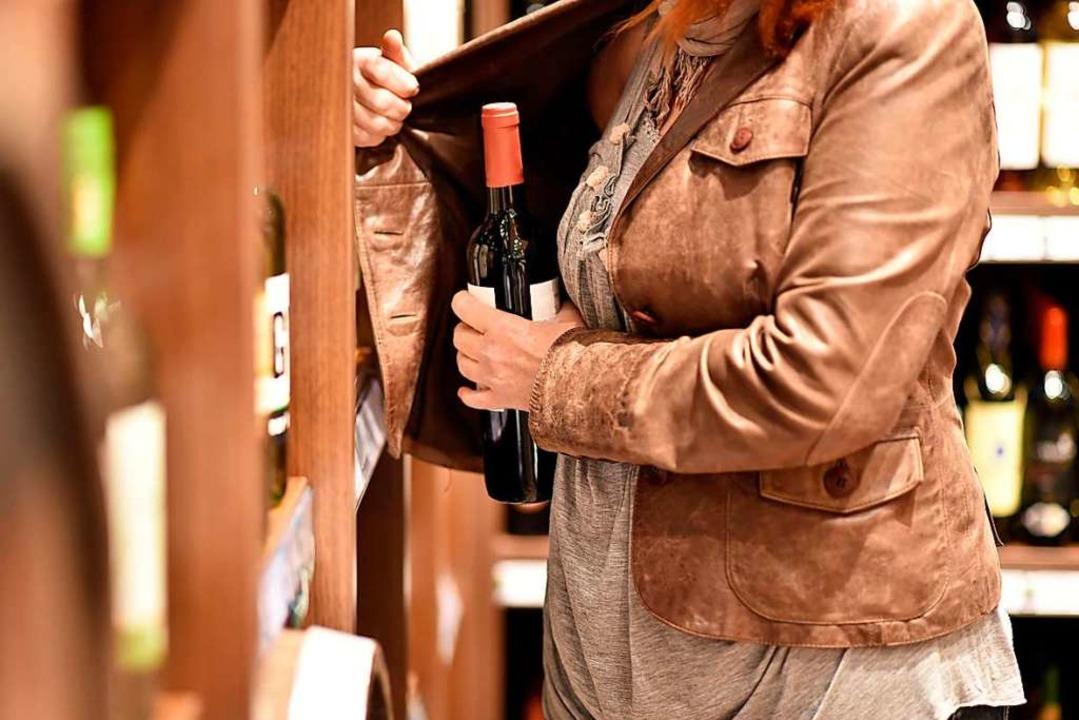 Die Ladendetektivin beobachtete den Diebstahl der Flasche.  | Foto: industrieblick/fotolia.com