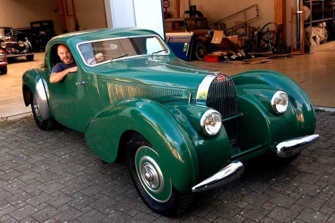 Martin Waltz in einem Bugatti vor der Volante-Werkstatt.  | Foto: Volante