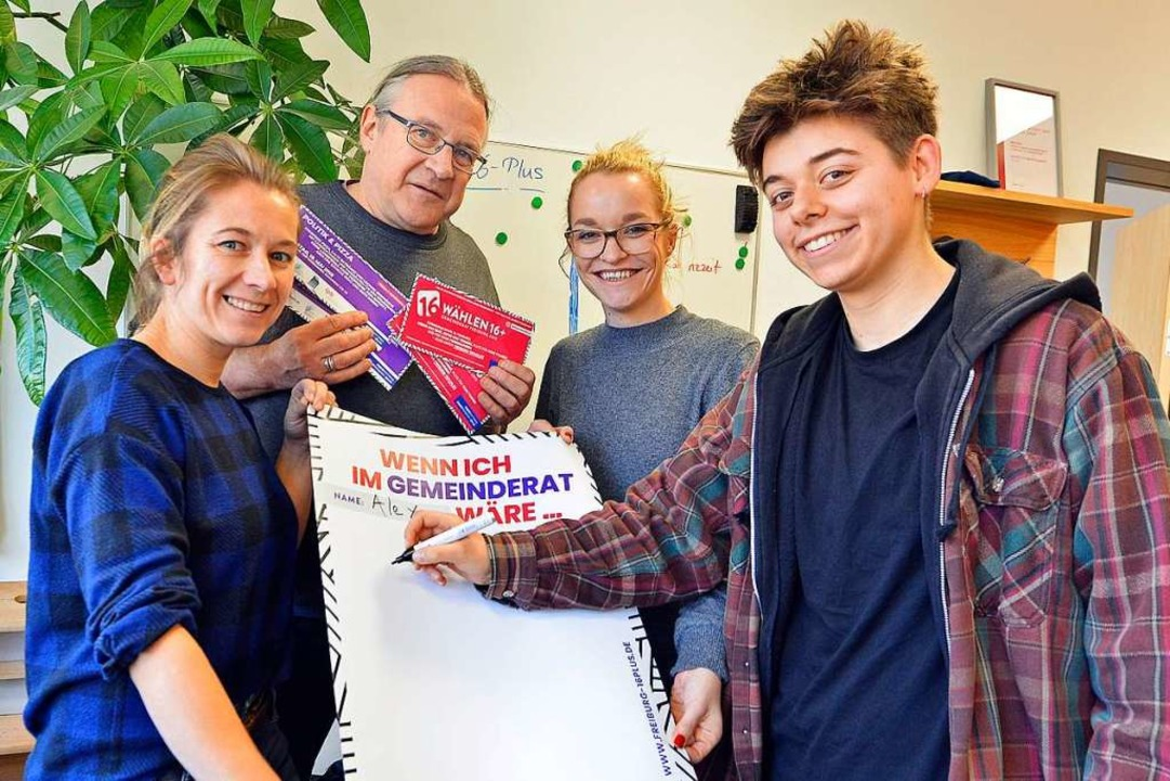 Christine Golz, Jürgen Messer, Ronja P...mig (von links) motivieren zum Wählen.  | Foto: Michael Bamberger
