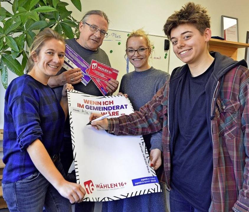 Christine Golz, Jürgen Messer, Ronja P...ig (von links) motivieren zum Wählen.   | Foto: bamberger