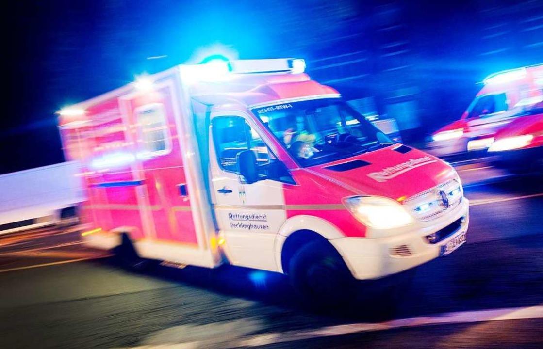 Der Rettungsdienst brachte den Verletzten zur OP in ein Krankenhaus.  | Foto: dpa
