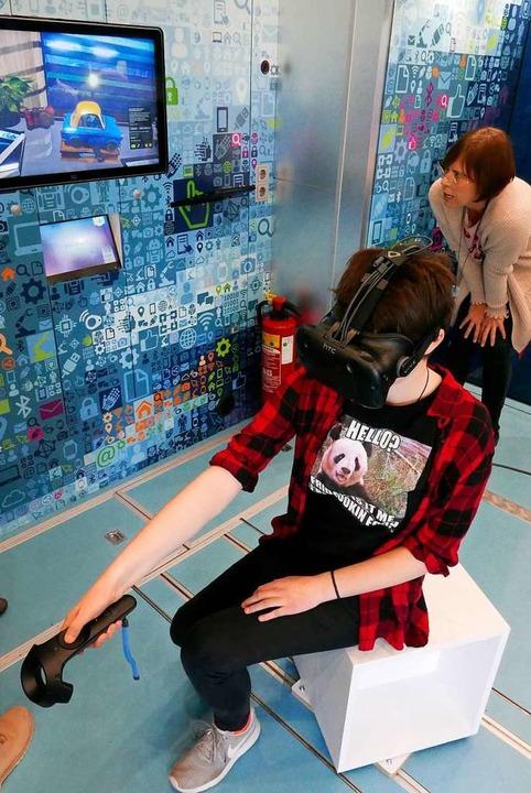 Virtual-Reality-Anwendung, beobachtet von Projektleiterin Sabine Pfeifer  | Foto: Hans-Peter Müller