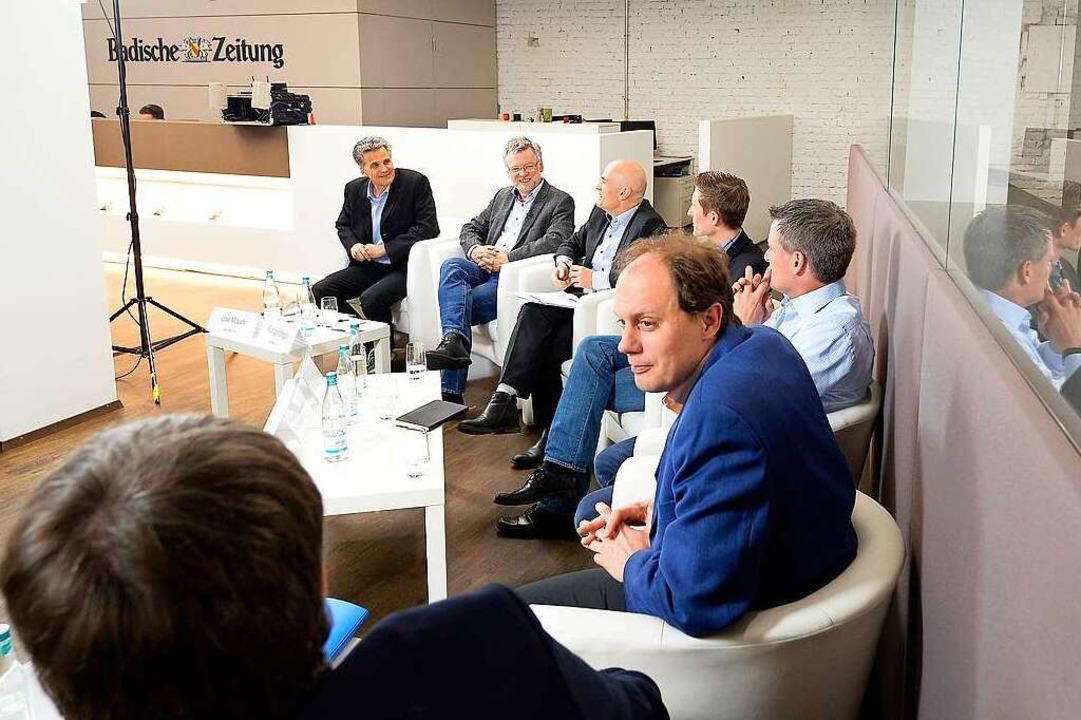 Muntere und faire Diskussion trotz unterschiedlicher Ansichten: die Teilnehmer  | Foto: Ingo Schneider