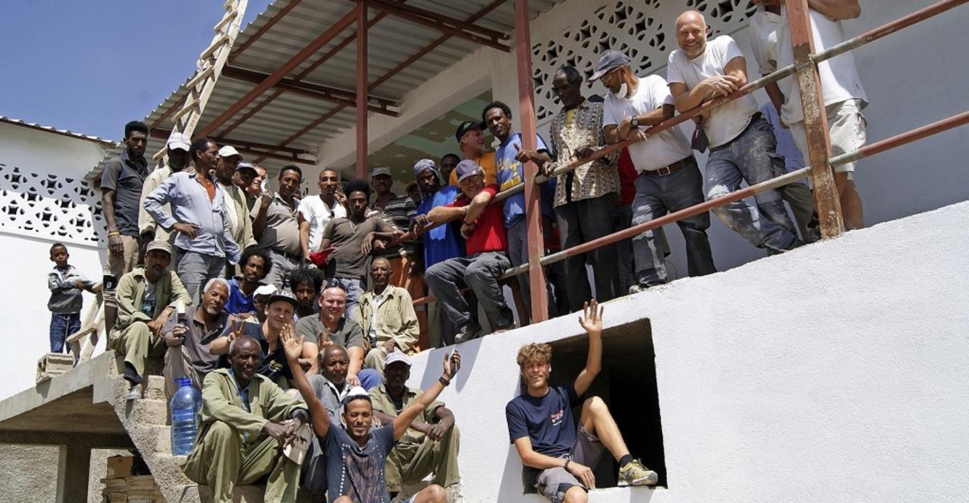 Die Brüder Porsche helfen in Keren, Eritrea, beim Bau einer Frühchenstation.   | Foto: privat