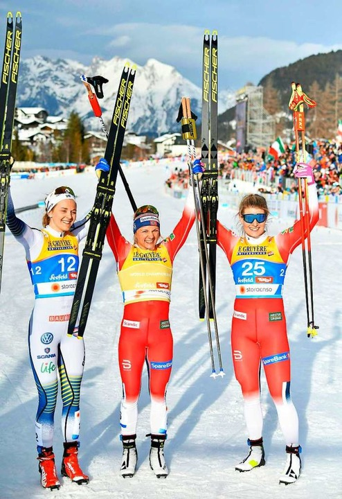 Die Zweitplatzierte Stina Nilsson (lin... Norwegen freuen sich nach dem Rennen.    Foto: dpa