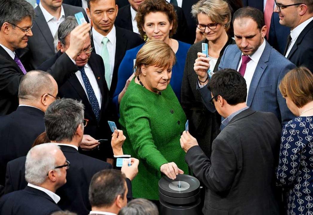 Bundeskanzlerin Angela Merkel (CDU, M)...kt bei der 83. Sitzung des Bundestags.  | Foto: DPA