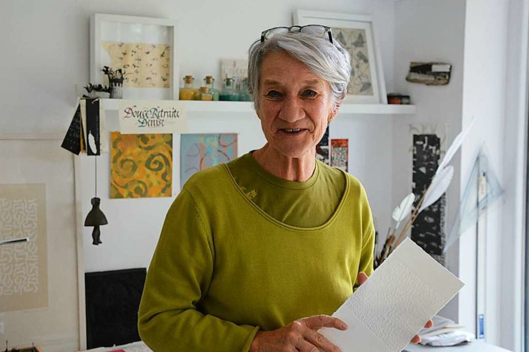 Die Hüninger Kalligrafin Denise Lach in ihrem Atelier  | Foto: Annette Mahro