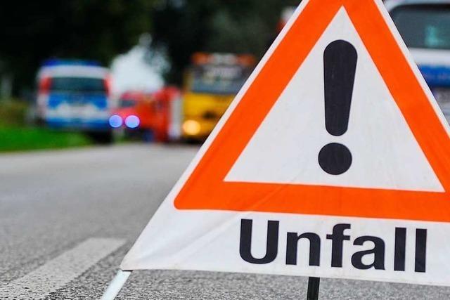 Unfall auf der A 98: Autofahrerin fährt in Rolle mit Dämmwolle