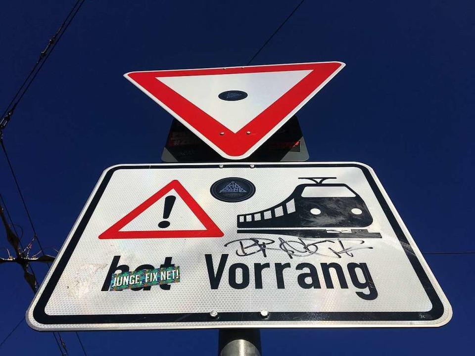 Achtung!  An dieser Stelle kreuzt  die Straßenbahn.  | Foto: Simone Höhl