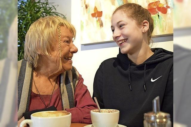 Zwei Frauen aus zwei unterschiedlichen Generationen gestalten in Schopfheim einen Lyrik-Abend