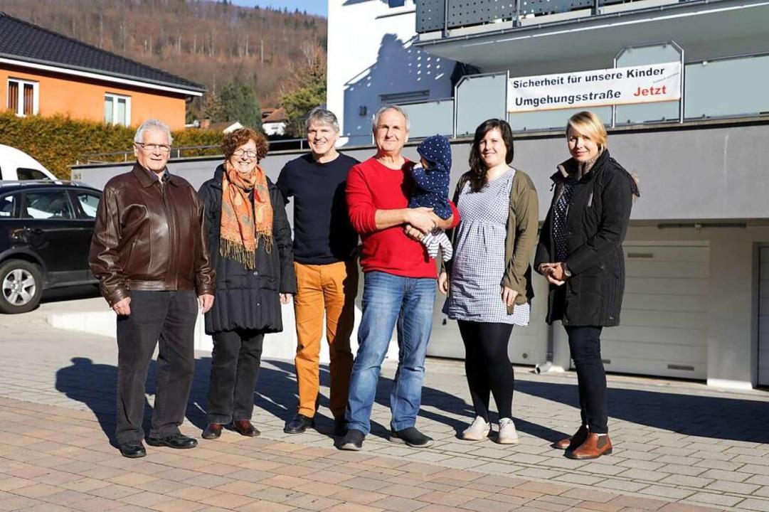 Ewald und Jutta Feist, Werner Kraus, K...ern entlang der B415 werben sie dafür.  | Foto: Christoph Breithaupt