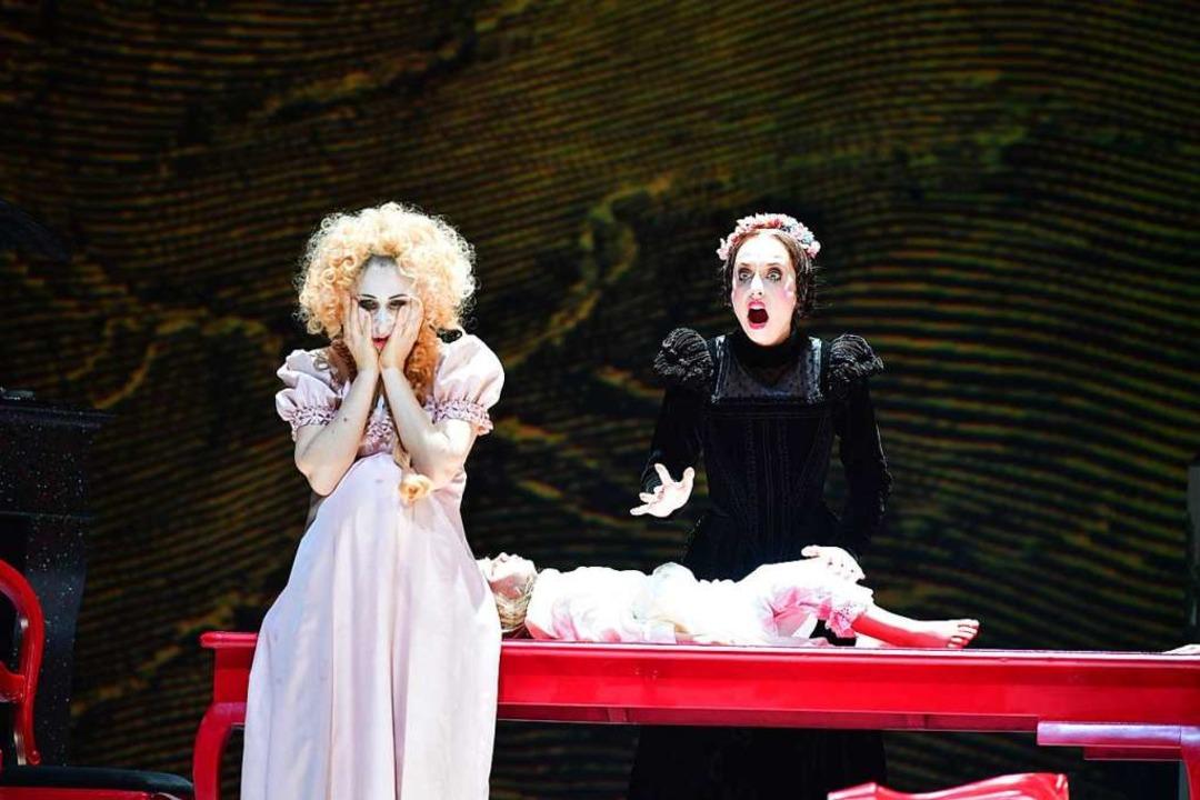 Basteln am Frankenstein-Geschöpf: Clai...kowitz, links), Mary (Kristina Stanek)  | Foto: Sandra Then