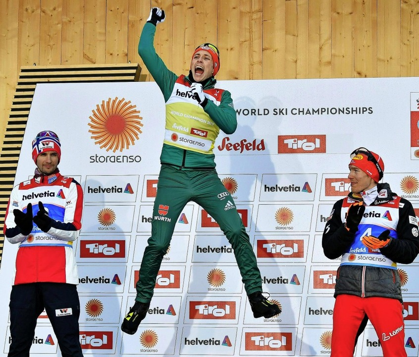Sieger Eric Frenzel (Mitte) jubelt, de...te Franz Josef Rehrl beklatschen ihn.   | Foto: dpa