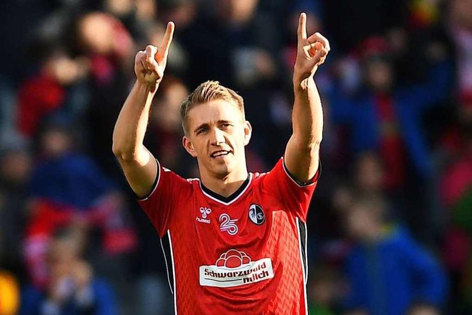 Nils Petersen hatte gegen Augsburg was zu jubeln: Er machte zwei Treffer. Am Ende stand es 5:1. (Foto: dpa)