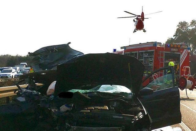 Unfall auf der Autobahn A5: Auto kollidiert mit einem Laster