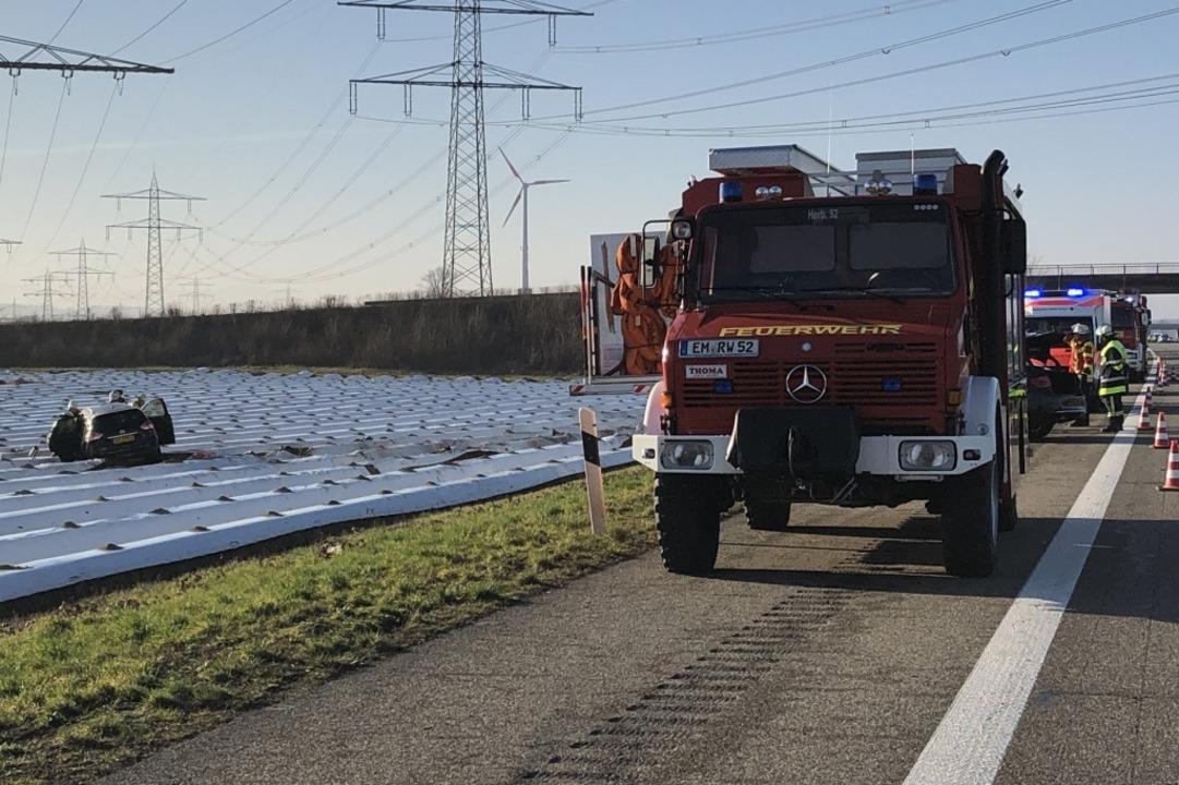 Eines der Fahrzeuge kam von der Fahrbahn ab und blieb auf einem Acker stehen.  | Foto: Feuerwehr Herbolzheim