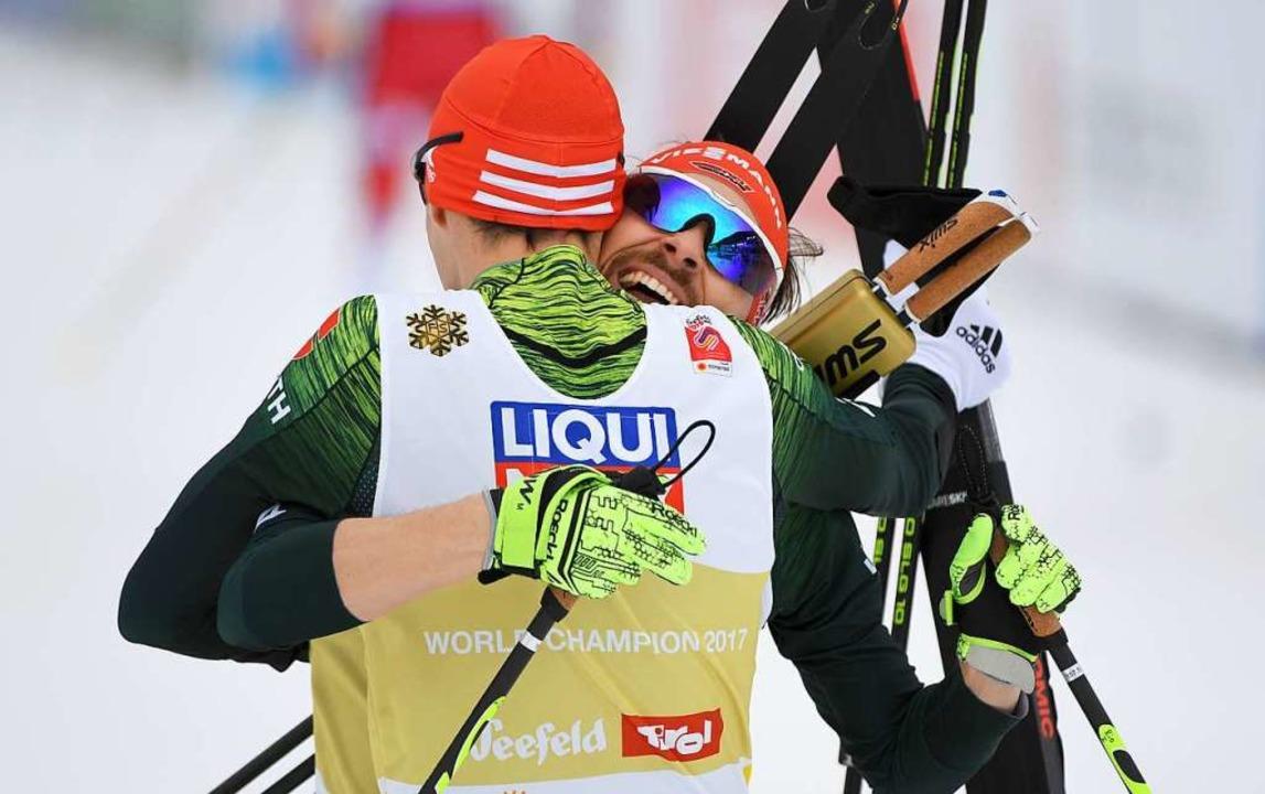 Im Ziel im Glück: Eric Frenzel und Fabian Rießle   | Foto: dpa
