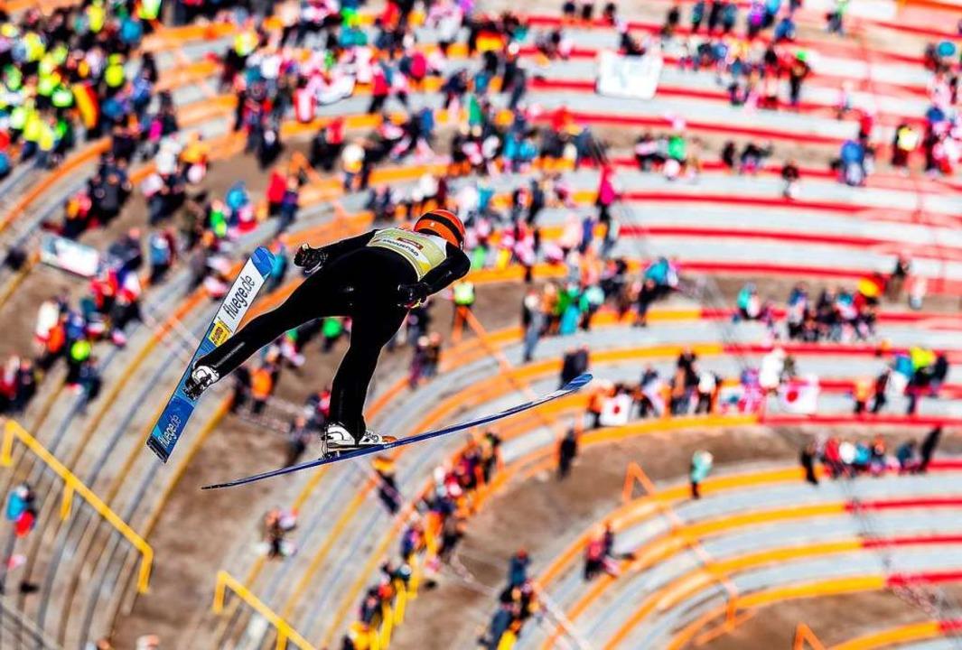 Fabian Rießle im Flug   | Foto: dpa